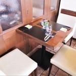 ヴィーニ デル ボッテゴン - わたし達が案内された2人席です。バック用に椅子を用意して頂きました。こんな自然なサービスが嬉しいですネ!
