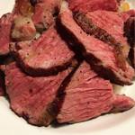 ビーフバンク - ステーキ丼 Sサイズ ¥950(税込)  肉の火の通しが、この店の生命線です。コスパは非常に良い、贅沢を感じれる盛り付け。