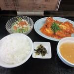中華料理 旬 - 暫く待つと注文した日替わり定食680円が完成しカウンターに運ばれてきました。