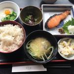 百飲 - 今日のお魚ランチ680円。銀鮭の西京漬け ナスの素揚げ オクラとろろ。