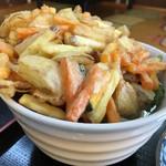 香川製麺てまり - かき揚げうどんを横から撮影。