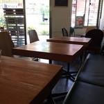 カフェボール - 入って左すぐに丸テーブル席があり、2人掛けのテーブルが4卓並びます(2017.5.27)