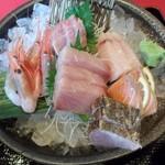魚料理の店 鮮魚まるふく - おまかせ刺身盛り定食の刺身のアップ