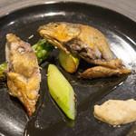 KINOE - 骨まで柔らかい鮎のコンフィ ソースをつけなくても美味い。アスパラガスもぶっとくて美味しかった