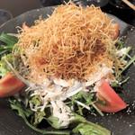 地元家 - カリカリポテトと蒸し鶏のサラダ