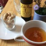 カフェ ド ラ ポスト - シードルを注文したらピーナッツが一緒に出されました。いわゆる「お通し」的なサービス?