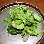 67644348 - 季節のインスピレーション(前菜) 北海道産帆立の炙りのサラダ