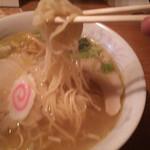 龍鳳 - 黄金塩ラーメン。麺がもっちもち!