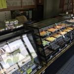 くろふね菓舗 - 中は、老舗のお菓子屋さんの感じ。