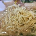 三徳らーめん - 平打ちのややちぢれた細麺