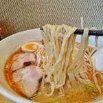 ラーメン よっしー - 自家製の平打ち縮れ麺(ネギ味噌ラーメン)