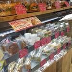サンドイッチパーラー楽楽 - いろんな種類のサンドイッチが売られてます