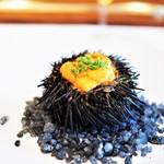 レストラン マノワ - ムラサキウニと北海道・岩見沢の雉のコンソメジュレ