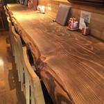 和酒処 純吟 - 杉の一枚板でできたカウンター