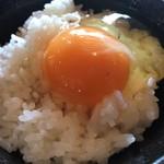 67667028 - 白ご飯(小)64円と地鶏生たまご54円