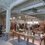 カフェ & セレクトショップ ラメール - 1階はファッション&雑貨