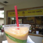 Lanikai Juice Hawaii - お店の前で