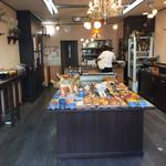 67674013 - お店のなかの様子。こじんまりしたお店ですが、美味しそうなパンがいっぱいでした。