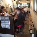 麺屋大河 - 店内は禁煙で細長くカウンター席のみ 女性スタッフさん2人と男子スタッフさんの計3人で切り盛りされてました 女性スタッフの接客対応は素晴らしかったです! 金沢市来たら ここはオススメ!名店!