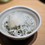 水炊き 鼓次郎 - お通しのシラス
