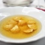 67676362 - 長野県産ぎたろう軍鶏を丸ごと一羽煮だしたブロード パルマ伝統の小さなラヴィオリ 'カペレッティ' と共に
