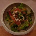 とらのすけ - スモークサーモンとアンチョビ サラダ