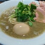 ねむ瑠 - 濃厚烏賊煮干中華そば 煮玉子入り 880円