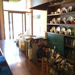 カフェ・ハル - お店奥から、カップボード、カウンターを写しました(2017.5.28)