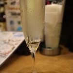 アッパーハウス - なみなみ樽詰スパークリングワイン(480円)