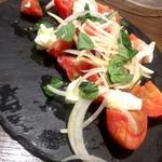 トラットリア クアルト - トマトとモッツァレラチーズのカプレーゼ
