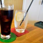 マグズカフェ - レモンスカッシュとアイスコーヒー