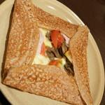 ブレッツ・カフェ・クレープリー - ガレットクラシックとクレープ(1,680円)の『コンプレット ポム ドテール シャンピニオン』2017年5月