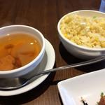 67699095 - 白飯代替えの卵炒飯は白飯代替らしい控えめな味。                       サービススープは鶏肉、干し海老、大根、里芋、長葱、クコの実入り。                       丁寧な作り、何れも美味です。
