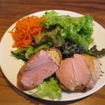 ビストロ 石川亭 - 鶏レバーのムース(レーズン入り)カシス風味サラダ添え