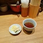 天丼 金子屋 - 2種類のお新香(大根とがりごぼう)と黒豆茶