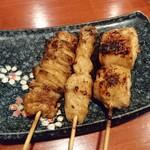 串焼き 鳥吉 - 右から、もも、ぼんじり、かわ、全て100円(+税)