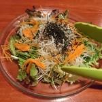 串焼き 鳥吉 - しらすとごま油のサラダ(680円+税)