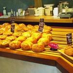 パン ネスト - 料理写真:試食もあって 出来立て外で食べれるスペース