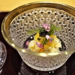 祇園 にし - 毛ガニに白ずいき、海ぶどうを配して、土佐酢もジュレ。ガラス食器の美しさにうっとり☆