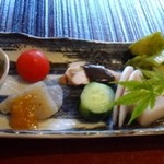 67706386 - ◆最初に数種類のお料理盛り合わせが出されます。 これ一つでこちらのお料理をいろいろ味わえていいですね。 どれもいいお味でしたし、お酒を頂きたくなります。(^^;)