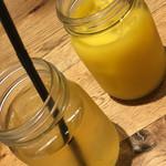 ナポリワークス - オレンジジュースとアップルジュース。メイソンジャー、蓋ナシ瓶での提供(._.)