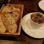 タマヤ - バケット・フォカッチャ盛合せ&地鶏砂肝のマリネ