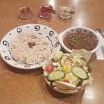 ヤーマ・カーマ - サラダとキーマカレー