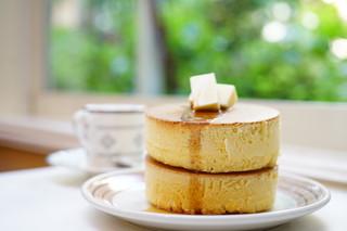 イワタコーヒー店 - ホットケーキ (¥800)、ぢんちょうげ (HOT) (¥700)
