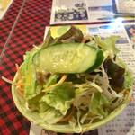 67721373 - 小皿に盛りつけられた食べ辛いサラダ