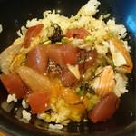 海鮮うまいもんや とと丸水産 - 食べかけだけど飯に乗せた。