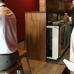 神戸餃子 樂 - この奥にもカウンター席とテーブル席があります