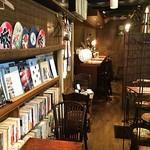 67735114 - 落ち着いた雰囲気の店内。小説もたくさん置いてあります!
