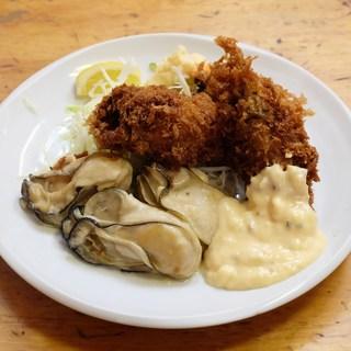 """名物""""牡蠣ミックス定食""""で、牡蠣フライとソテーを一度に堪能!"""
