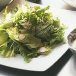 アリタポーセリンラボ - 地場の野菜を使った季節のサラダ